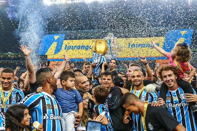 """Grêmio sai na frente em busca do """"trono"""""""
