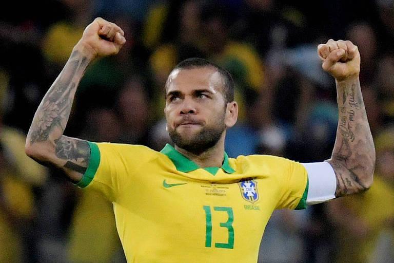 São Paulo contrata Daniel Alves, que está de volta ao Brasil