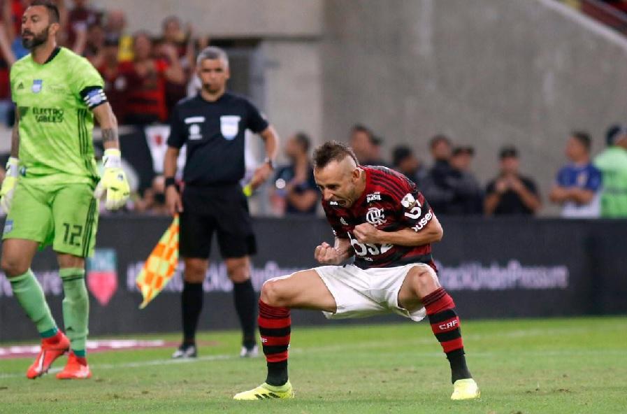 Flamengo vence Emelec e Rafinha faz gol de pênalti