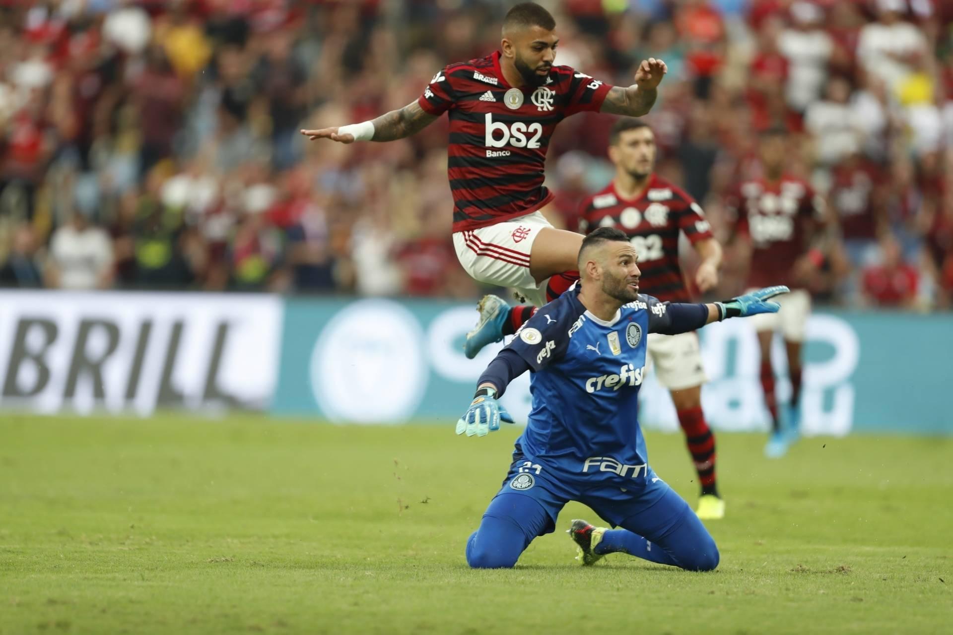 Flamengo atropelou Palmeiras e vira líder do Brasileiro