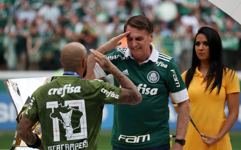 Retorno do futebol deve estar próximo: Bolsonaro cobra autoridades