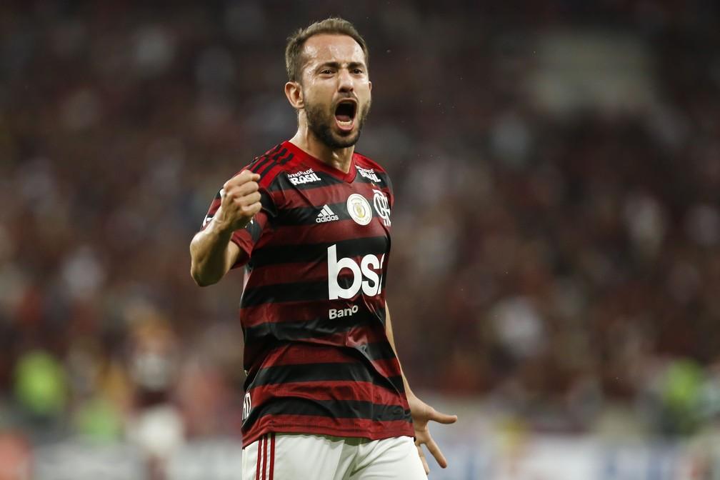Futebol árabe faz ofertas para tirar Everton Ribeiro e Michael do Flamengo
