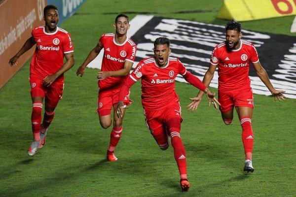 Internacional vence e assume a liderança do Campeonato Brasileiro