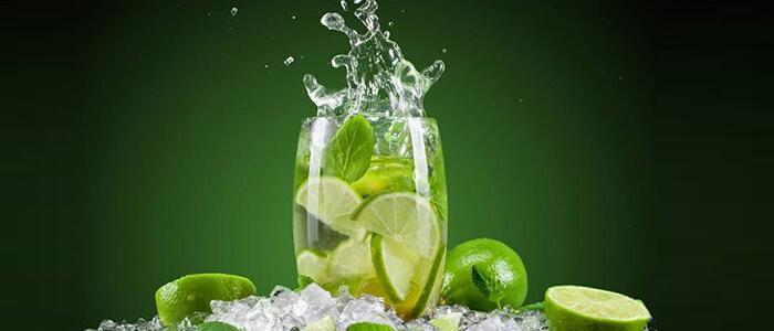 5 benefícios impressionantes de beber água com limão