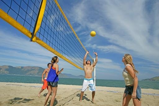 Os melhores esportes para se divertir na praia